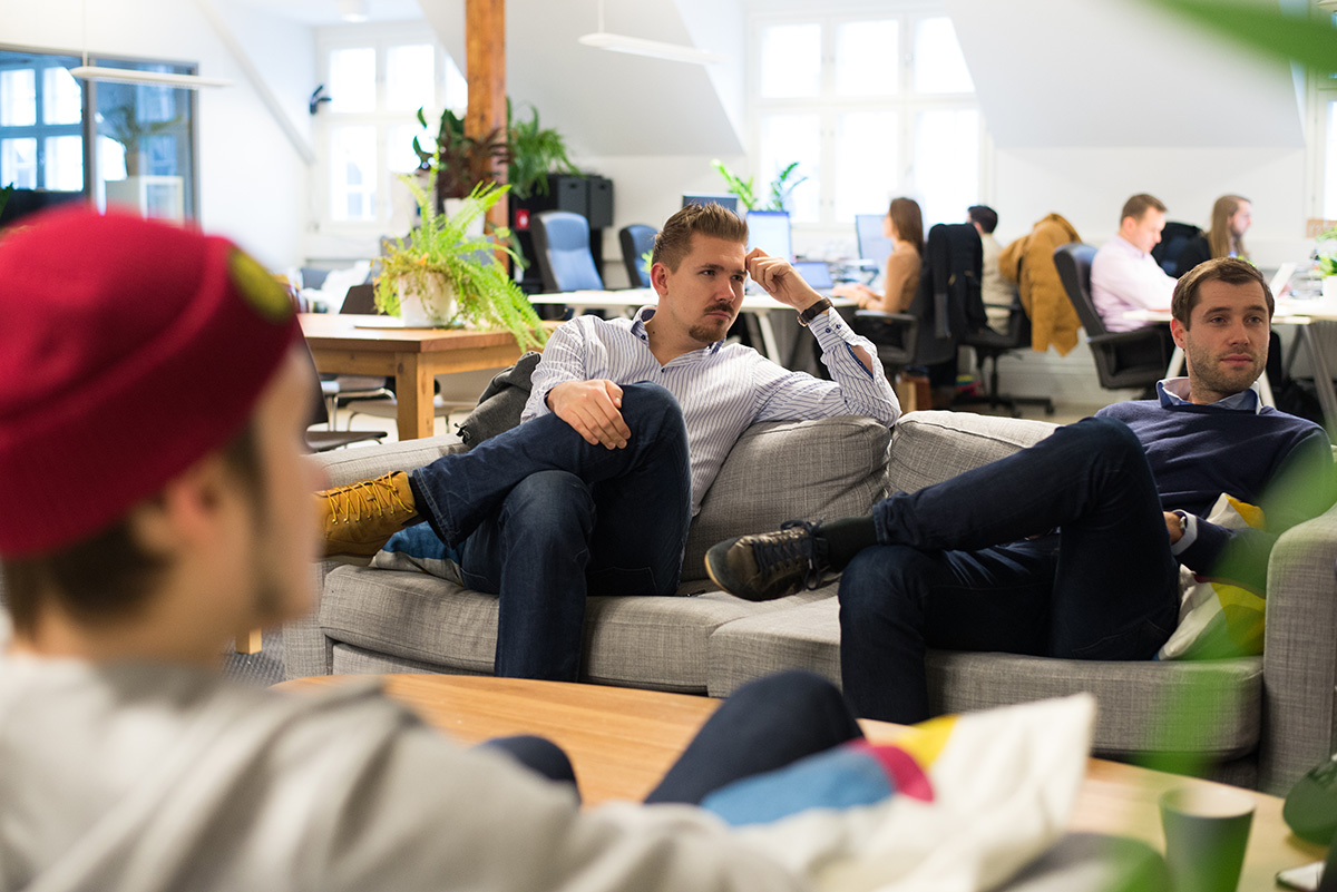 Elias Pietilä (left, on the couch) in the Wolt product team's weekly meet.